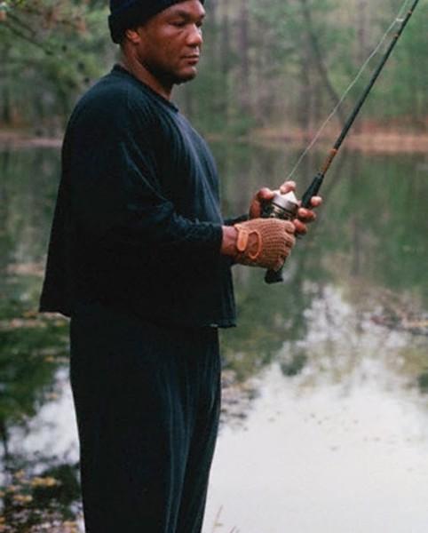 george-foreman-fishing-from-httpfourseasonsangling-blogspot-it-563x700