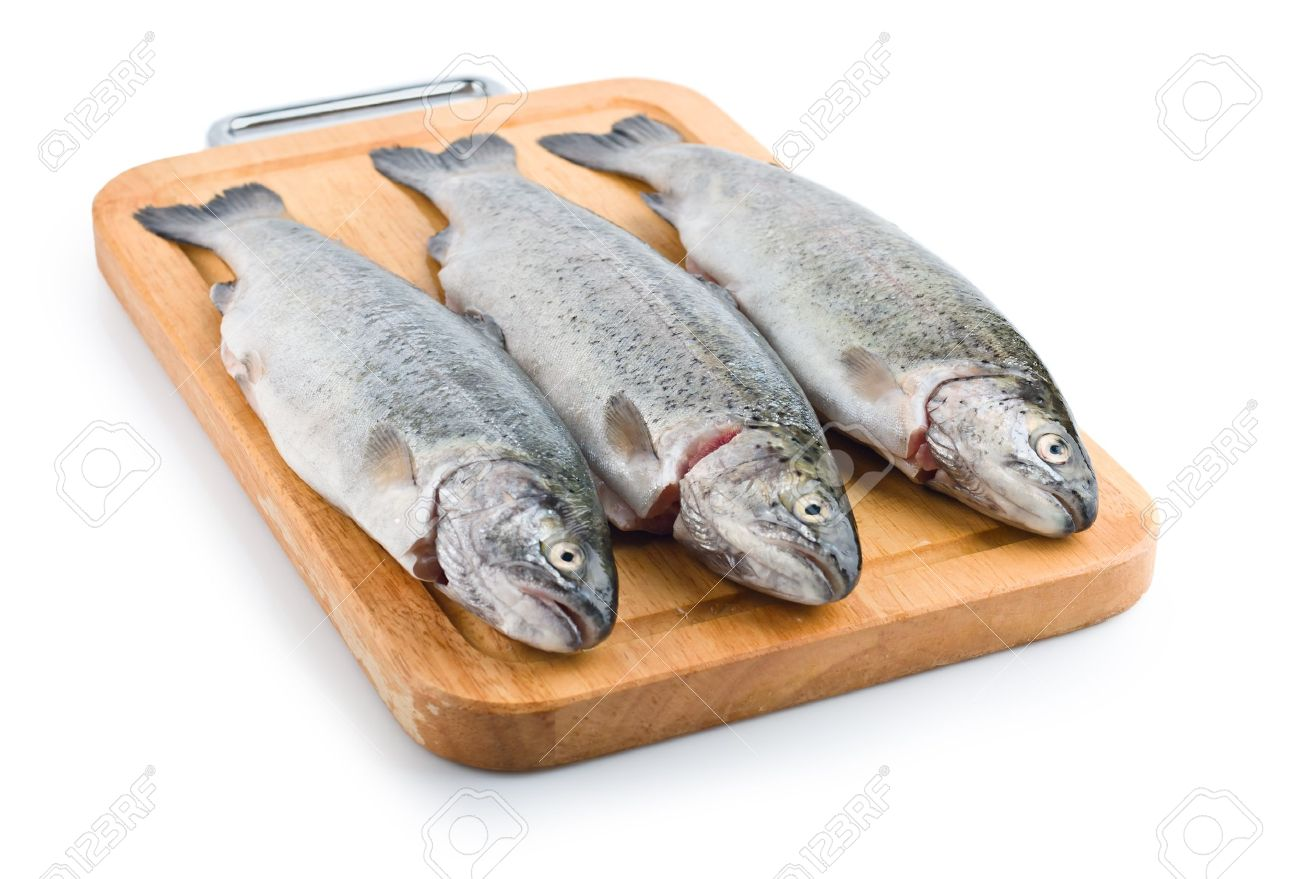 13787081-tre-pesci-trota-su-tavola-di-legno-isolato-su-sfondo-bianco-archivio-fotografico